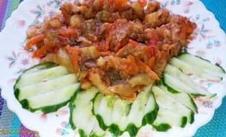 салат +из жареных баклажанов, икра +из баклажанов жареная, жареные баклажаны +с помидорами фото