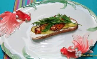 бутерброды с шпротами рецепты с фото простые, рецепт черный хлеб со шпротами, яйца со шпротами рецепт