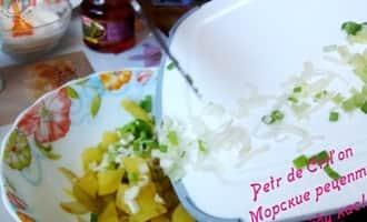 Выкладываем овощи для салата из мидий в тарелку