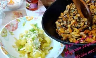 Предварительно бланшированные на пару и припущенные в масле мидии, выкладываем в салат
