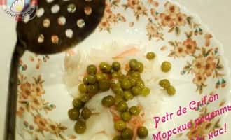 Зеленый горошек в салате из морской капусты