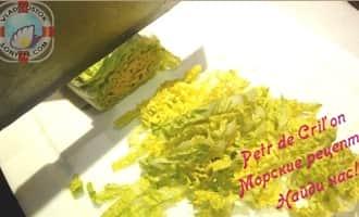 Шинкуем пекинскую капусту для салата из морской капусты