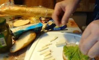 Морской коктейль в бутерброде с сыром
