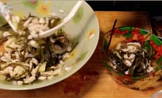 салат из морской капусты с кальмарами, салат кальмары с капустой с фото