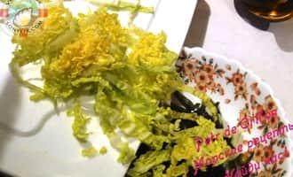 Салат из морской капусты с крабовыми палочками добавляем свежую капусту