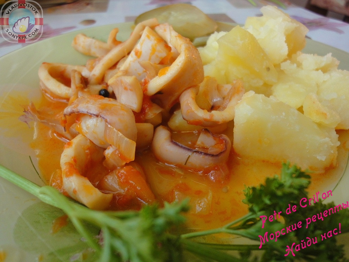 Кальмары тушенные с овощами
